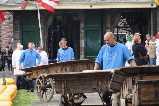 15-Les hommes en bleu apportent les roues de fromage