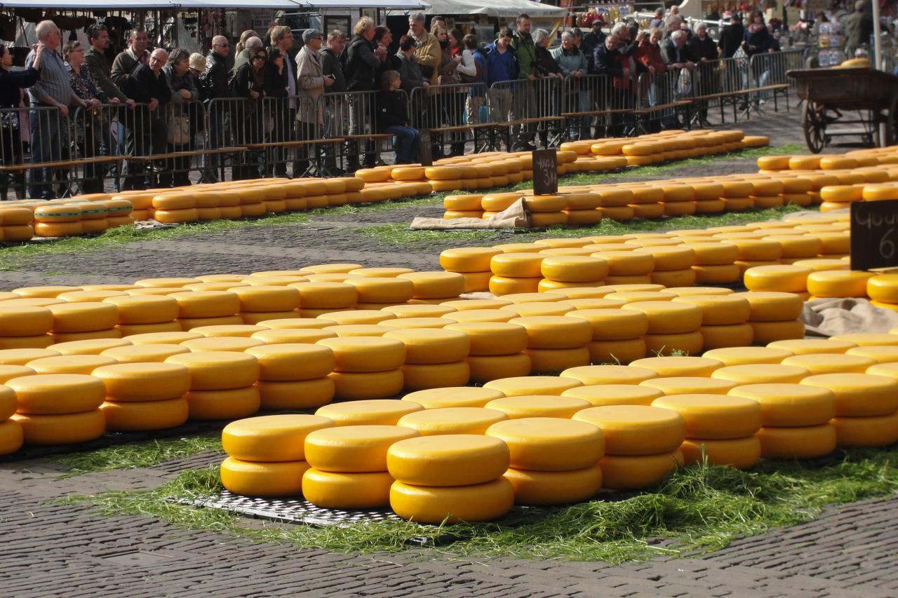07-Les roues de fromage attendent les amateurs